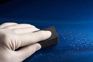 Autolackkratzer ausschleifen mit nassschleifpapier
