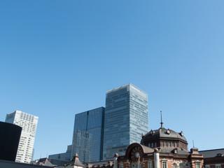 東京駅丸の内駅舎と高層ビル