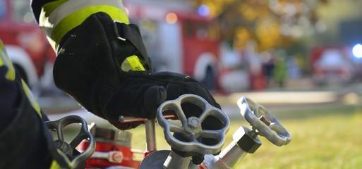 Banner Feuerwehr Hand am Verteiler B-CBC im Einsatz