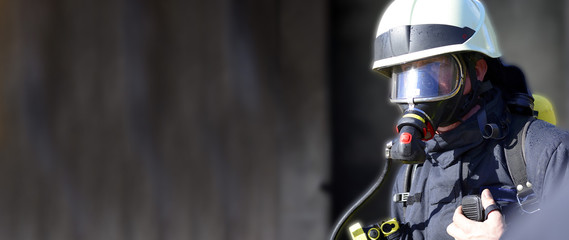Feuerwehrmann umhüllt von Rauchgasen durch Flashover