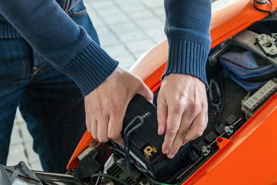Motorrad  Ausbau-Einbau der Batterie