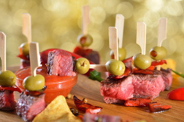 Pikante Steak-Tapas mit Oliven, Paprika und scharfer Dip-Chili-Sauce - Hot steak tapas with olives, peppers and spicy chili dip sauce