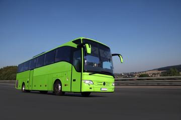 Fernbus fährt auf einer Autobahn in schöner Landschaft zum Reiseziel