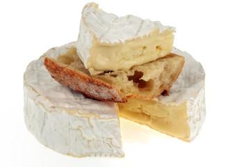 Camembert avec une tartine et un morceau de fromage posé dessus