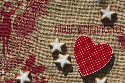Frohe Weihnachten Herz.Rotes Herz Und Zimtsterne Auf Rot Bedruckter Jute Mit Schriftzug