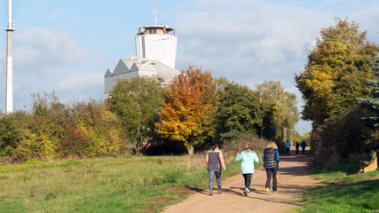 Spaziergänger im Herbst.