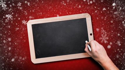 Kreidetafel vor weihnachtlichem Hintergrund