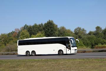 Weißer Bus auf Straße/ Autobahn in Deutschland - Mit viel Textfreiraum