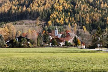Goldener Herbst in Tragöß-Oberort, Ortskern mit Kirche