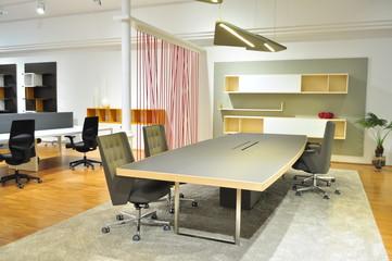 Mesa de reuniones en oficina