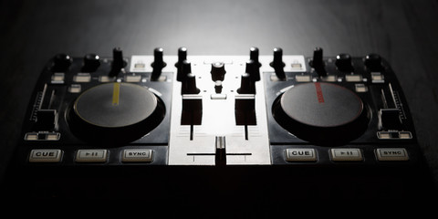 Dj midi controller turntable to play music on party