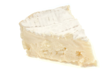 Morceau de camembert sur fond blanc
