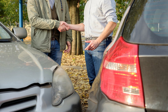 Two men find a friendly agreement after a car accident