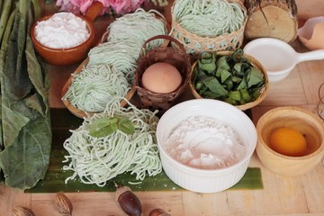 Making jade noodle made of vegetable and egg.