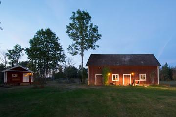 Bauernhof-Scheune bei Ramkvilla im Herbst , Smaland Schweden