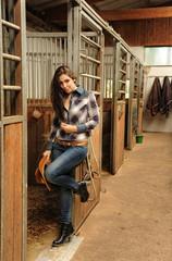 Cowgirl, Reiterin im Reitstall