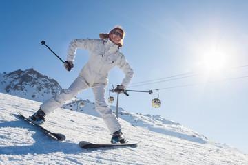 femme souriante qui débute sur des skis