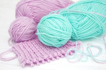 Клубки пряжи для вязания на белом фоне