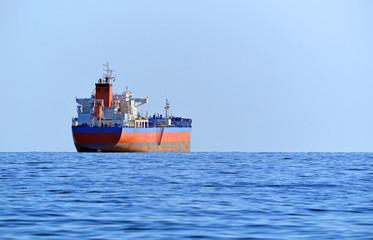 Среднетоннажный нефтяной танкер на рейде