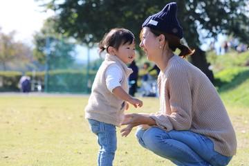 笑顔で向き合う母親と子供