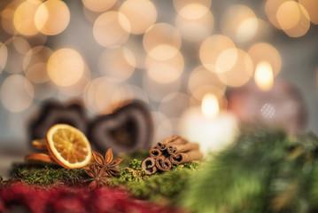 Weihnachtliche Szene mit Lebkuchen, Zimtstangen und Orangen