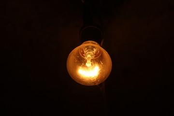 Электрическая лампочка на темном фоне