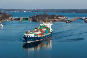 Schleusenanlagen mit Containerfrachter