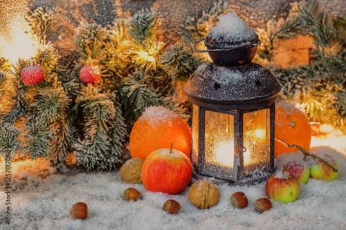 Leuchtende weihnachtsdeko mit fr chten tannengr n und schnee immagini e fotografie royalty - Leuchtende weihnachtsdeko ...
