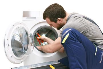Handwerker repariert Waschmaschine - Kundendienst vor Ort