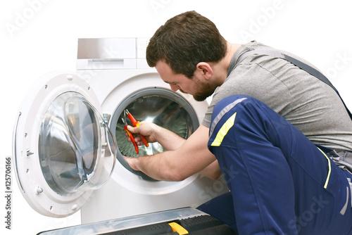 handwerker repariert waschmaschine kundendienst vor ort stockfotos und lizenzfreie bilder. Black Bedroom Furniture Sets. Home Design Ideas