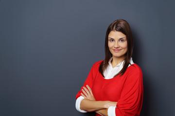 lächelnde junge frau mit rotem shirt