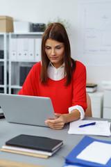 mitarbeiterin arbeitet konzentriert am laptop