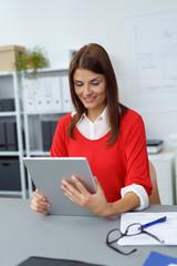 moderne geschäftsfrau liest am tablet
