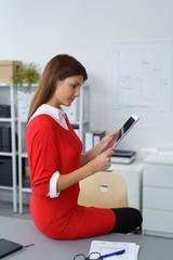 geschäftsfrau schaut konzentriert auf tablet