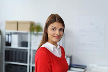 erfolgreiche junge frau an ihrem arbeitsplatz