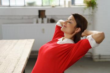 frau genießt die ruhe und entspannung zu hause