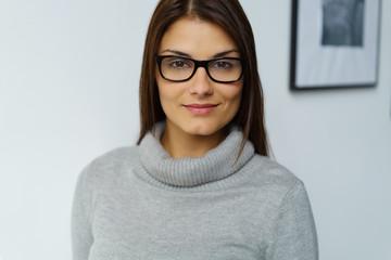 attraktive frau mit schwarzer brille und strickpullover