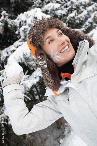 portrait de femme souriante avec une boule de neige et un. Black Bedroom Furniture Sets. Home Design Ideas
