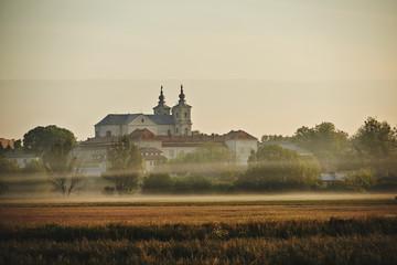 Panorama miasta Krasnegostawu we mgle