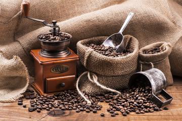 Fotobehang Koffiebonen chicchi di caffè tostato e macinino