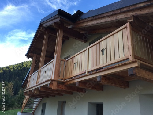 Poggiolo ringhiera terrazzo balcone legno serramenti falegname falegnameria vernice per legno - Mobile terrazzo legno ...