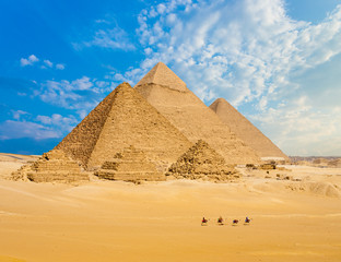 Photo sur Aluminium Egypte All Egypt Pyramids Camels Line Walking Wide Angle