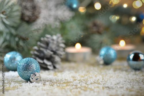 Eisblaue Christbaumkugeln.Eisblaue Weihnachtskugeln Weihnachtsgrüße Stockfotos Und