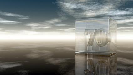die zahl siebzig in glaswürfel unter wolkenhimmel