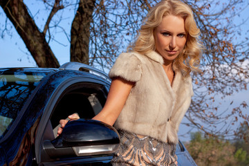 Девушка в плаще на машине 2 фотография