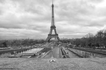 Panorama di Parigi con la Tour Eiffel e una torre souvenir