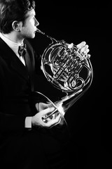 Photo sur Aluminium Musique French horn player playing music instrument