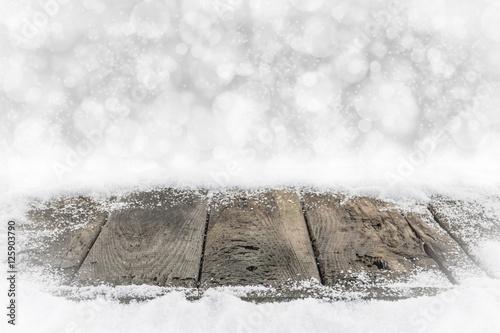 alte holzbretter im schnee mit bokehhintergrund zdj. Black Bedroom Furniture Sets. Home Design Ideas