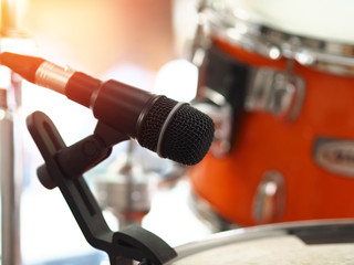 Microphone for drum set-up with vintage style and filtered process