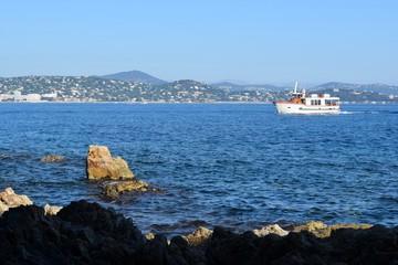 Mare e scogli nel golfo di Sait Tropez in Francia
